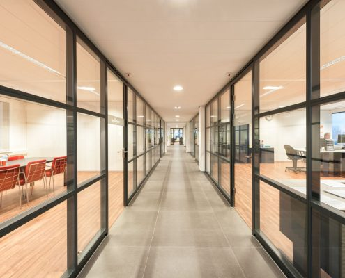 Metaline glaswanden, 145 m² Metaline staalwanden, 32 stuks glasdeuren